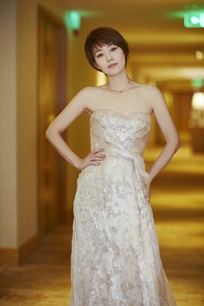 马伊琍穿长裙拍写真仙气足 短发清新迷人