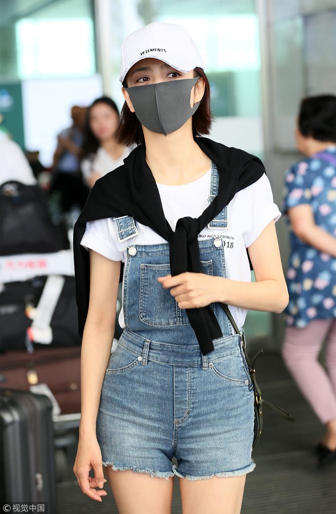 佟丽娅捂脸卖萌穿超短背带裤少女感炸裂