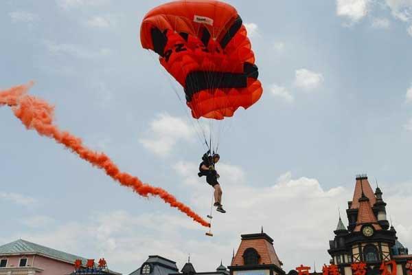 """湖南株洲""""女飞人""""挑战300米低空跳伞"""