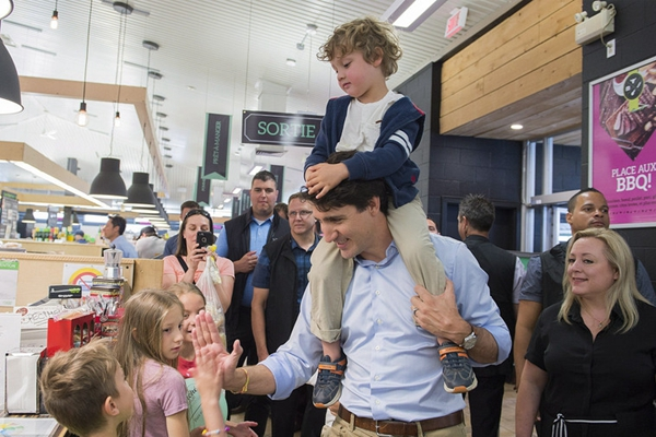 加拿大总理特鲁多扛儿子逛市场 老爸力MAX