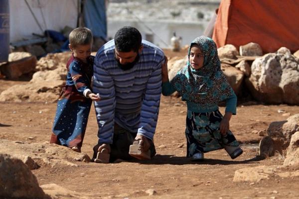 没钱装义肢,叙利亚8岁女童靠两个罐头走路