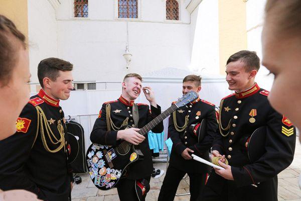 养眼!俄罗斯多所军校举行联合毕业典礼