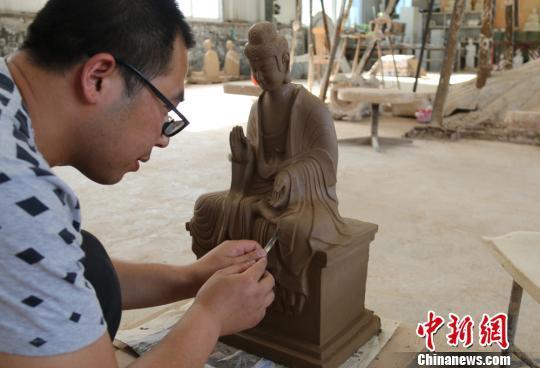甘肃民间艺人手制彩塑传承麦积山石窟艺术