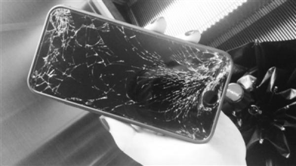 妇女捡到苹果7索2000元酬金未果,见失主报警直接摔手机