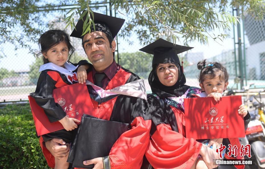 山东大学举行毕业典礼 博士夫妇带娃庆毕业
