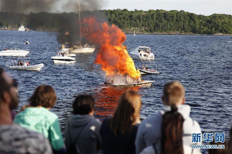 挪威首都奥斯陆水上点篝火 市民齐聚海边共庆仲夏节纪念白昼