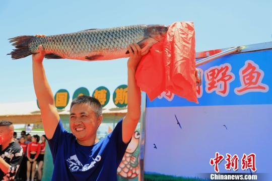新疆博斯腾湖开湖捕鱼 头鱼30斤重被3.8万元拍卖