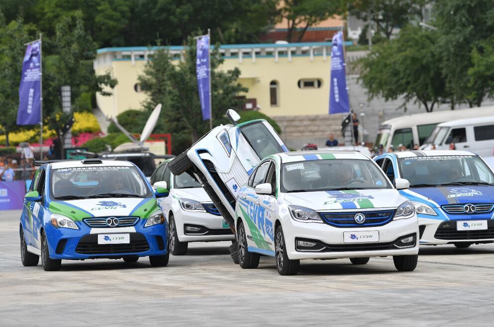 电动汽车也能做特技表演 世界冠军车手车技惊艳