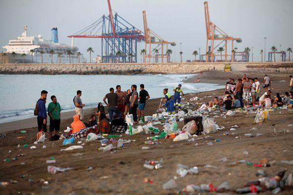 西班牙夏至狂欢过后 海岸垃圾遍野令人触目惊心