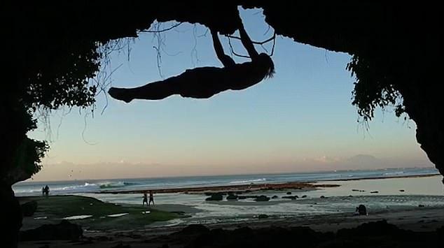 游客巴厘岛手抓岩壁做引体向上 岩壁掉落重摔在地