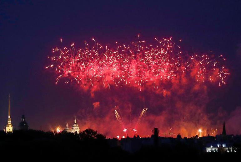 """圣彼得堡举行""""红帆节"""" 上演绚丽烟花秀"""