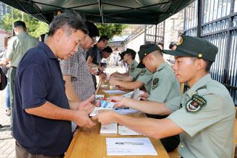 驻香港部队派发开放日门票 香港市民踊跃参与