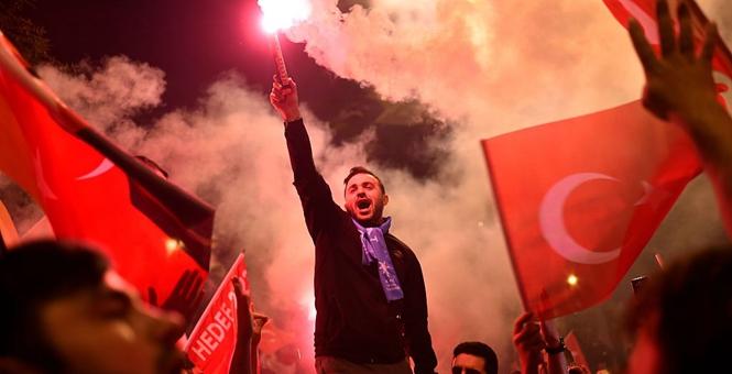 土耳其总统埃尔多安在大选中连任 支持者通宵庆祝结果