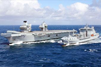 还敢来南海搞事?英国航母靠韩国造补给舰送补给