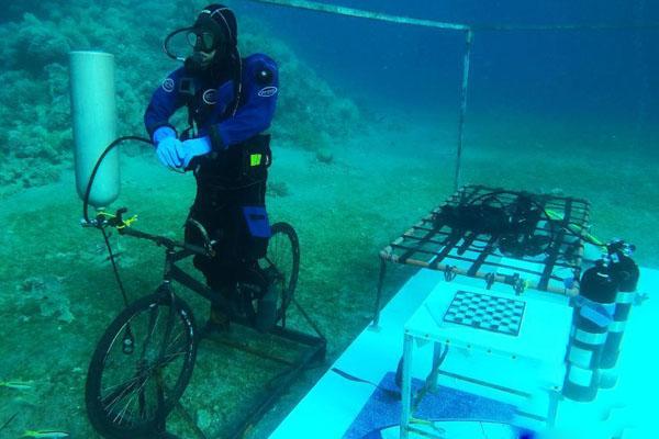 约旦男子完成48小时潜水 欲挑战世界纪录