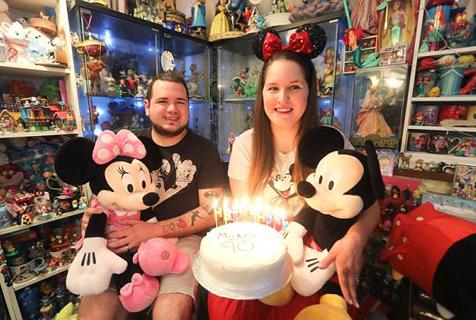 英国夫妇酷爱迪士尼 纪念品收藏挤满整个公寓