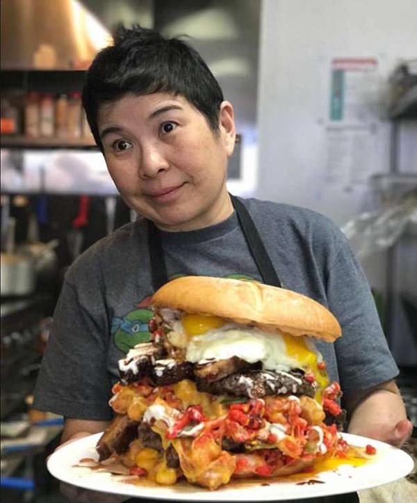 美餐厅推出7人份猛兽汉堡 重15磅堪比披萨