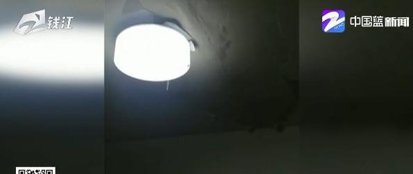 暴雨后房子漏的一塌糊涂 房主:天花板整个掉下来了