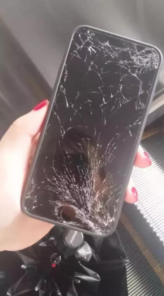 大妈捡到手机索要2000元酬金不成 把手机摔了
