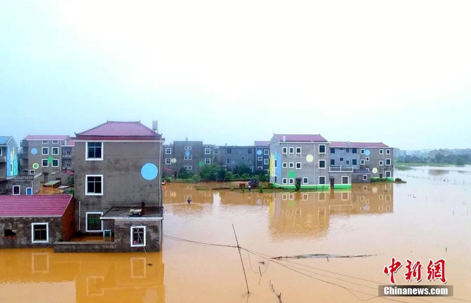 """航拍江西丰城暴雨成灾 房屋变""""水上楼阁"""""""