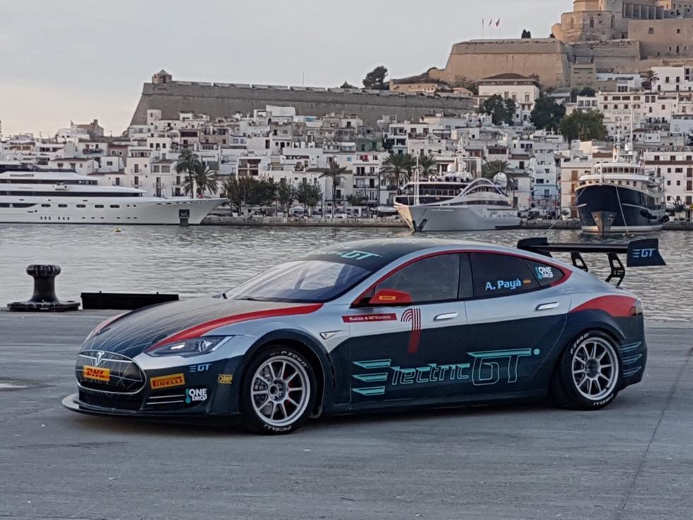 有人改造特斯拉成赛车:百公里加速仅需2.1秒