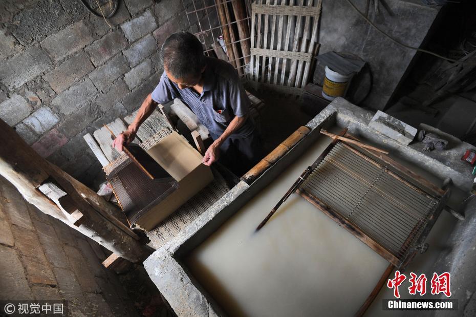 农村大爷传承千年古法造纸36年 制作流程需要55天