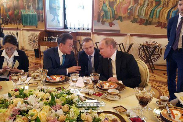 韩国青瓦台公开韩俄领导人晚宴花絮照