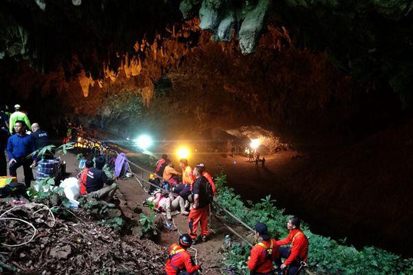 泰国一支青少年足球队洞穴探险失联 13人生死未卜