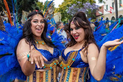 美国加州举行夏至游行 色彩斑斓夏日气息十足