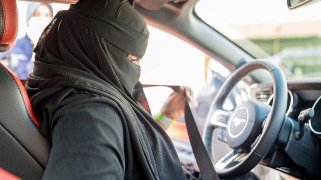沙特阿拉伯正式解除女性驾驶禁令 公路首现女司机