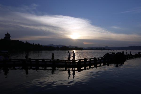 杭州开启高温模式 雷峰夕照亮眼了