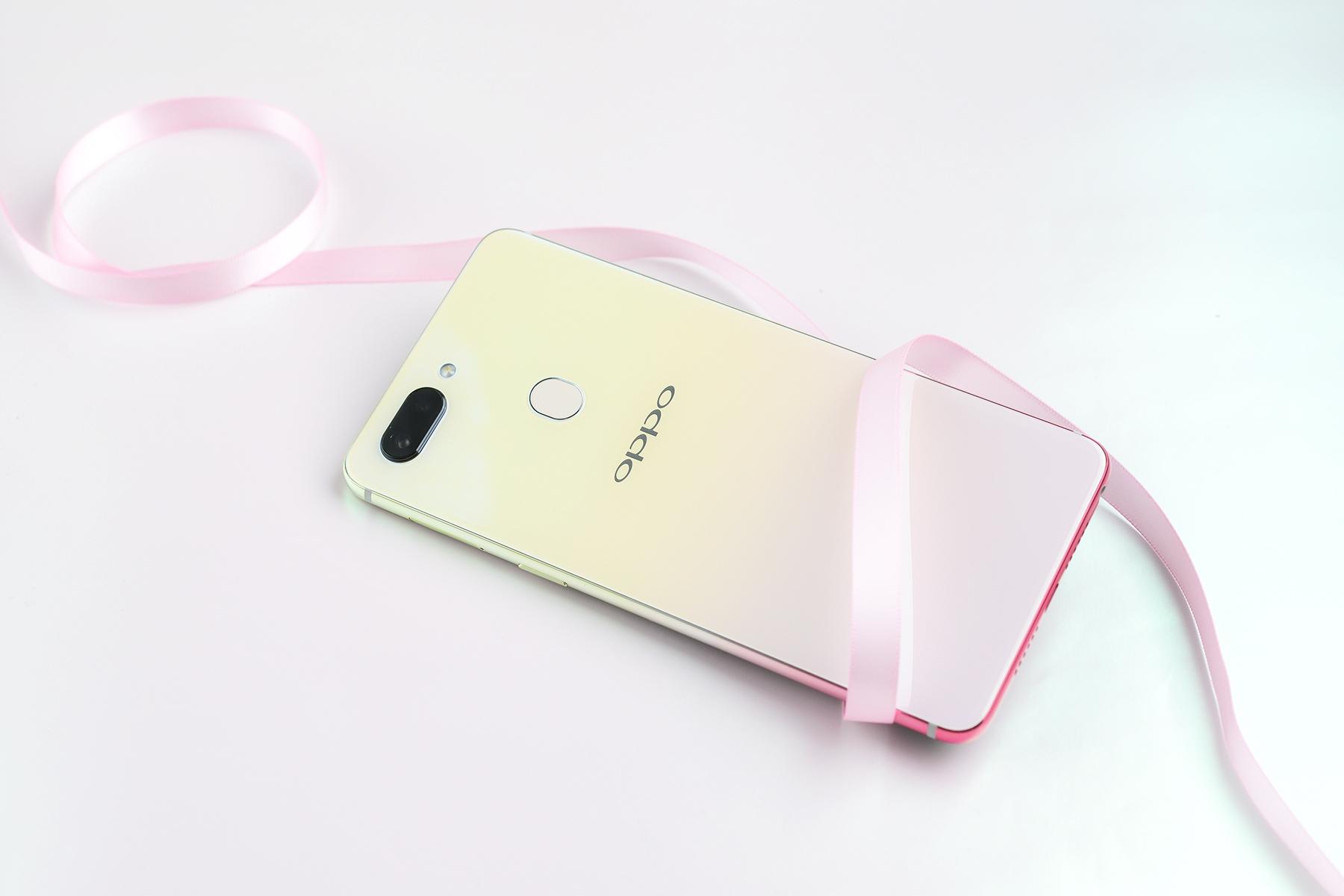 OPPO R15幻色粉开箱 不同光线下可呈现多变色彩