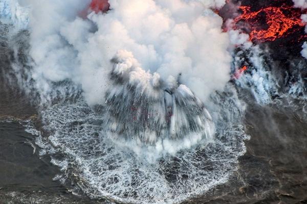 """航拍夏威夷火山喷发实况 熔岩撞击海水形成惊人""""爆炸"""""""