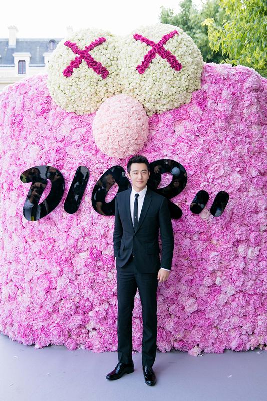 黄轩亮相Dior秀场,黑色经典西装演绎法式优雅