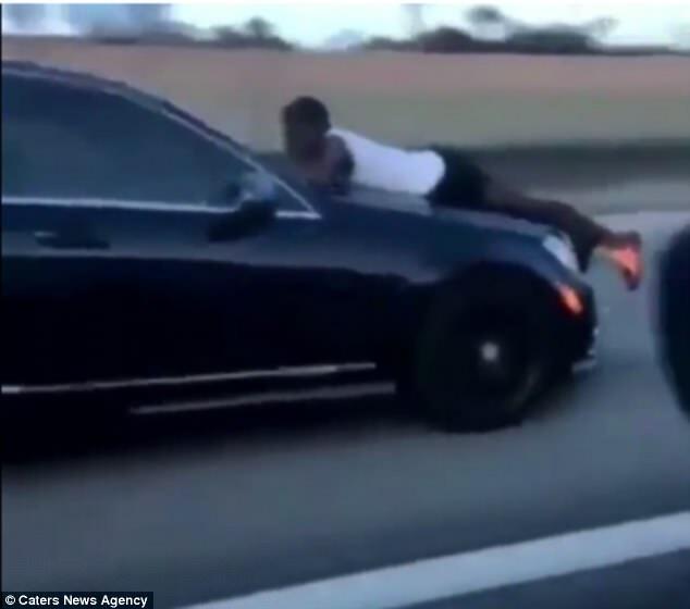 命带你飞 美一女子高速驾车车盖上却趴着一个人图片