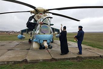 """固定节目:牧师为俄最新武装直升机""""开光"""""""