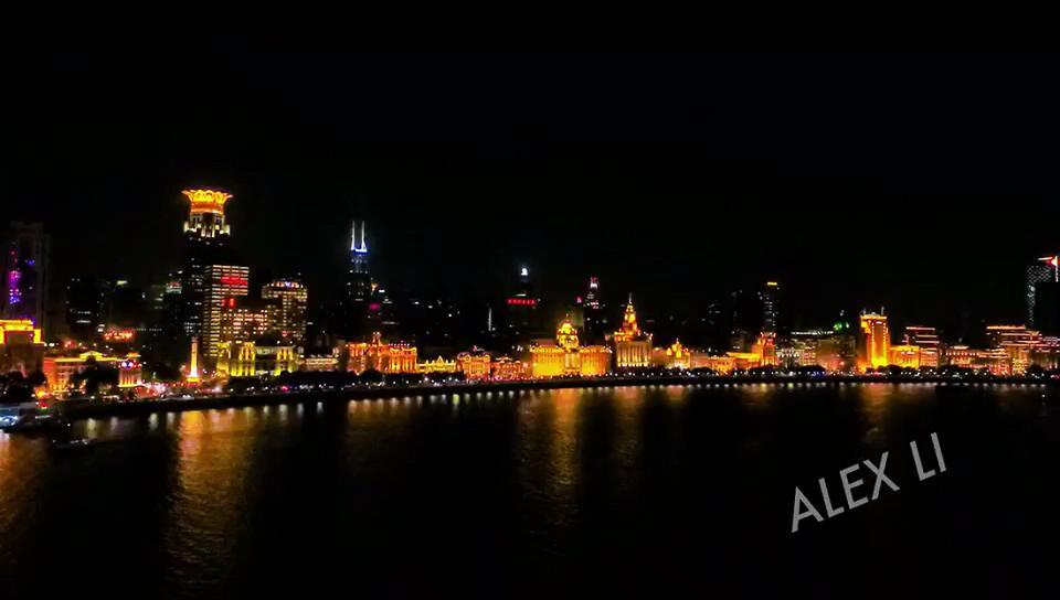 网友用无人机延时航上海 外滩夜景美轮美奂
