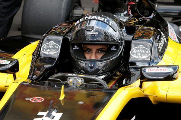 解禁妇女开车 沙特女子首次实现F1梦想驾赛车亮相