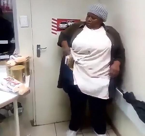 南非一超市保安拍摄女子偷奶粉视频引网友批评