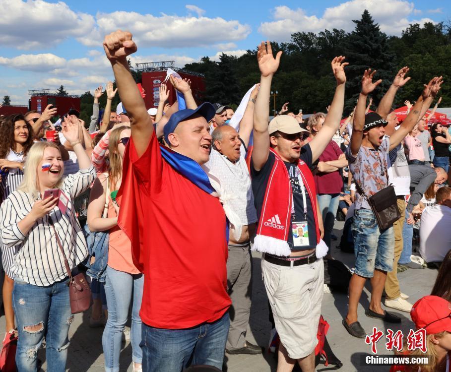 俄罗斯乌拉圭赛前 球迷提前预热