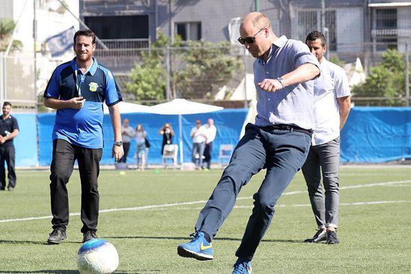 威廉王子参观以色列青训项目 亲自上阵秀脚法