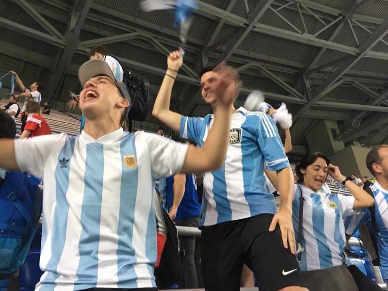 """花絮:阿根廷逆转出线 球迷""""沸腾""""欢庆胜利"""
