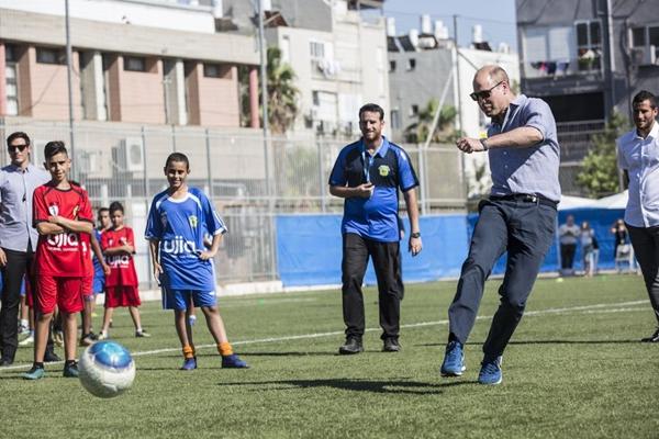 威廉王子到访以色列 与小朋友踢球亲和力十足