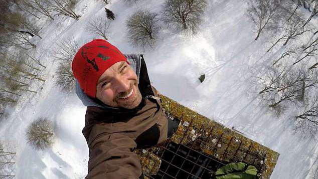 瑞典冒险家40米高烟囱上搭帐篷 随时可能被吹掉