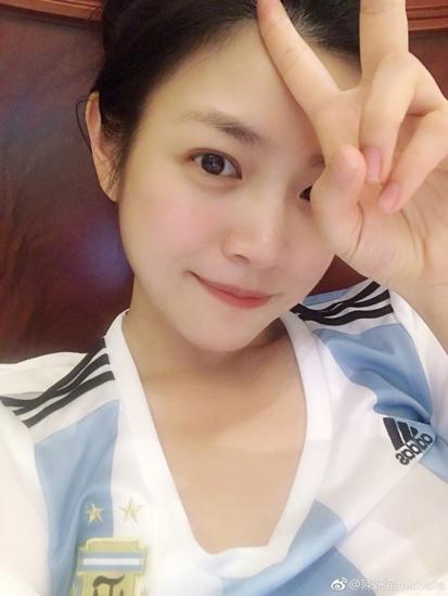 陈妍希晒素颜美照 花式追世界杯