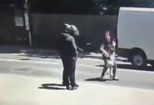 英国摩托车劫匪猖獗 光天化日欲抢劫一对母女