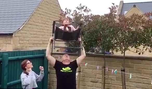 英国老爸花6周练平衡绝技 头顶坐在椅子上的女儿