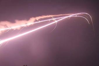 驻香港部队防空实弹演习:火光撕裂夜空