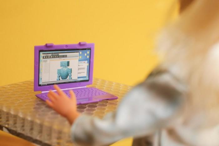 为激发更多女孩投身STEM 美泰推机器人工程师芭比