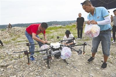 涪江涨水 143人被困三台美丽岛 无人机运送物资救援